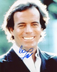 Julio Iglesias visited Budapest and signed autographs